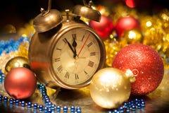 Borduhr- und Weihnachtskugeln - Feiertagshintergrund Stockfoto