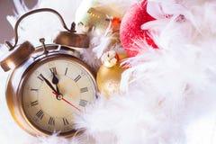 Borduhr- und Weihnachtskugeln - Feiertagshintergrund Stockbilder