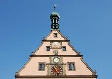 Borduhren am Rathaus Stockfoto