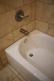Bordure carrelée de douche avec les robinets et la baignoire Photo stock