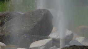 Bordure de deux geysers avec des roches banque de vidéos