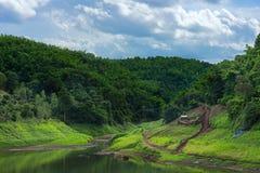 Bordure urbaine de rivière avec forrest et le nuage photographie stock