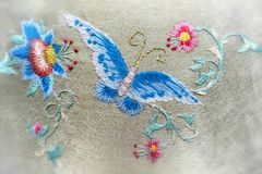 Borduurwerk een vlinder en bloemen handmade Vage achtergrond rond de randen stock afbeeldingen