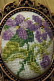 Borduurwerk en lilac bloemen Stock Afbeelding