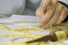 Borduurwerk in goud stock afbeelding