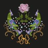 Borduurwerk kleurrijk bloemenpatroon met de vogels van de fantasieliefde Stock Afbeelding