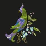 Borduurwerk kleurrijk bloemenpatroon met fantasiepapegaai Royalty-vrije Stock Foto's