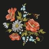 Borduurwerk kleurrijk bloemenpatroon met papaver en madeliefjebloemen Royalty-vrije Stock Foto's