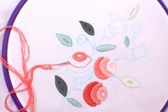 Borduurwerk met bloemendiemotief in een hoepel wordt ontworpen Het werk in Proces stock fotografie