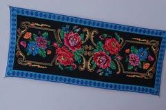 Borduurwerk met rode bloemen op een witte achtergrond stock foto