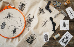 Borduurwerk in proces met hoepel en naaiende draden op lijst stock afbeelding