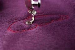 borduurwerk van roze vlinder op purpere gekookte wol - eerste wordt uitgevoerd vleugel - bewegende naaldbar royalty-vrije stock afbeeldingen