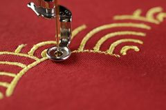 Borduurwerk van traditioneel shell patroon met goud op rode stof door borduurwerkmachine - Chinees nieuw jaarconcept royalty-vrije stock fotografie