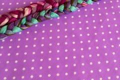 Borduurwerkdraden van verschillende kleuren op een purpere achtergrond Royalty-vrije Stock Fotografie