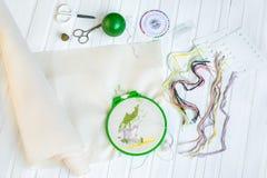 Borduurwerkhoepel met lege stof, gekleurde naaiende draden en diverse naaiende knopen royalty-vrije stock fotografie