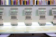 Borduurwerkmachine die bij de vervaardiging van de fabrieksindustrie werken Royalty-vrije Stock Foto's