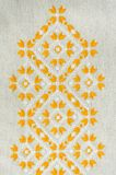 Borduurwerkontwerp door gele en witte katoenen draden op vlas Achtergrond met borduurwerk stock foto's