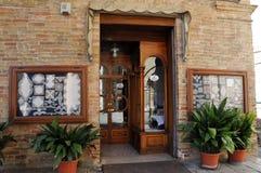 Borduurwerkwinkel in de stad van Offida in Italië royalty-vrije stock afbeeldingen