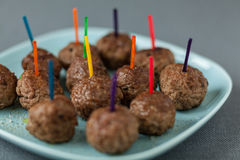 Bordvol smakelijke gebraden kruidige vleesballetjes Stock Foto's