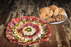 Bordvol van Voorgerecht Smakelijke Schotel Meze met Integrale die Baguette-Plakken en Pitta-Broodbroden op Oude Gebarsten Houten  Stock Foto's