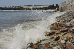 bore приливный Волны бьют против камней Стоковое Фото