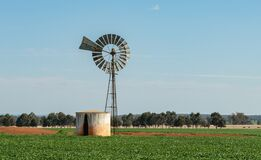 Free Bore Water Windmill Pump In Rural Australia Royalty Free Stock Photography - 195460637