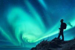 Borealis αυγής και σκιαγραφία μιας γυναίκας με το σακίδιο πλάτης τη νύχτα στοκ εικόνα με δικαίωμα ελεύθερης χρήσης