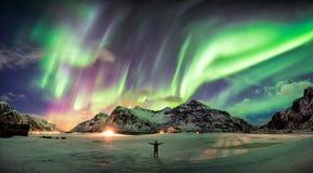 Borealis αυγής (βόρεια φω'τα) πέρα από το βουνό με ένα άτομο στοκ εικόνα με δικαίωμα ελεύθερης χρήσης