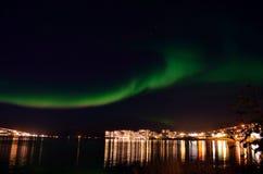 Borealis αυγής και ελαφριά αντανάκλαση πόλεων στην επιφάνεια φιορδ Στοκ Εικόνες