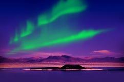 北极光在夜空的极光borealis在美丽的湖环境美化 图库摄影