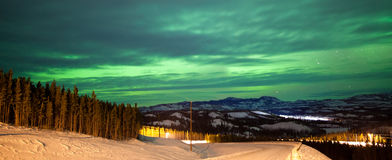 Borealis de la aurora de la aurora boreal durante invierno rural Foto de archivo libre de regalías