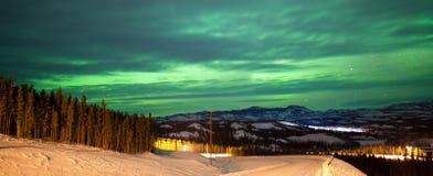 Borealis dell'aurora degli indicatori luminosi nordici durante l'inverno rurale Fotografia Stock Libera da Diritti