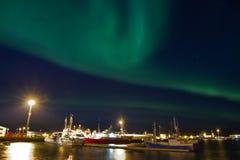 Borealis dell'aurora sopra il porto Fotografia Stock