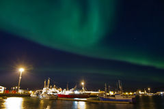 Borealis van de dageraad over haven Stock Fotografie