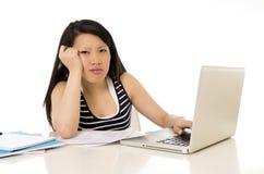 Bored Aziatische die studente op computer wordt overgewerkt Royalty-vrije Stock Fotografie
