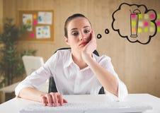 Bored bedrijfsvrouw die bij bureau van cocktail tegen onscherp bureau dromen stock foto