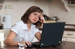 Bored bedrijfsvrouw die thuis werkt Stock Foto's