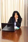 Bored bedrijfsvrouw doorbladert op laptop Royalty-vrije Stock Fotografie