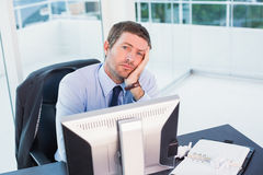 Bored businessman at his desk Royalty Free Stock Photography