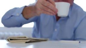 Bored en vermoeide businessperson drank een hete en activerende kop van koffie stock footage