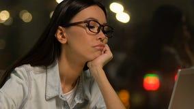 Bored freelancer lijdend aan gebrek aan motivatie, verontruste jonge vrouw, geen energie stock footage