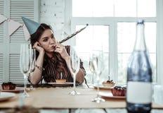 Bored gedronken vrouw die haar alleen verjaardag vieren royalty-vrije stock fotografie