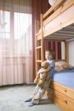 Bored Jongen met Teddy Bear Leaning On Bunk-Bed royalty-vrije stock foto