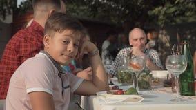 Bored jongen op bijeenkomstpartij stock footage