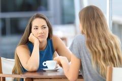 Bored meisje die een slecht gesprek luisteren Stock Foto's