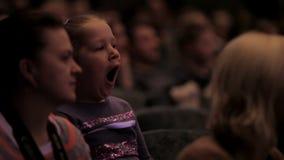 Bored meisje in het auditorium