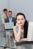 Bored onderneemster bij haar bureau Stock Foto's