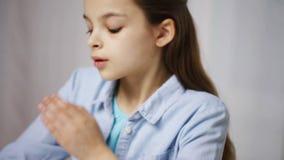 Bored schoolmeisje met boeken en blocnote thuis stock videobeelden