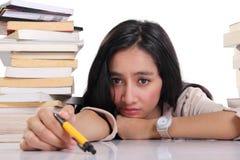 Bored student op haar bureau stock afbeelding