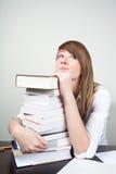 Bored studentenzitting bij lijst Stock Fotografie